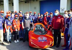 Bayraktar, öğrencilerin ürettiği elektrikli otomobili inceledi