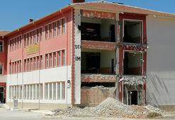 Konyada güçlendirme çalışması yapılan okulun duvarı çöktü