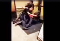 Polisler siyah ABDli cocuğu gözaltına alırken yumrukladı