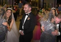 Düğünde görülmemiş önlem Kafasına poşet geçirip gelin ve damada sarıldı