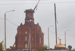 İnşaat halindeki kilisenin kubbesi vinçten düştü