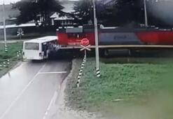 Rusyada otobüsle lokomotif çarpıştı