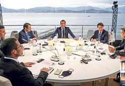 Atina diplomaside tribüne oynuyor