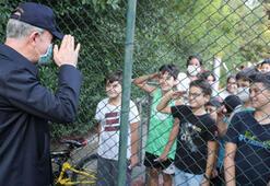 Bakan Akar asker selamı veren çocuklarla sohbet etti