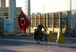 Almanyadan Türkiyeye bisikletle geldi Sınırdan geçer geçmez yeri öptü