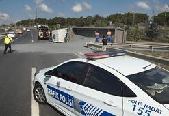 Hasdal-Kemerburgaz yolunda TIR devrildi; Trafik durma noktasına geldi