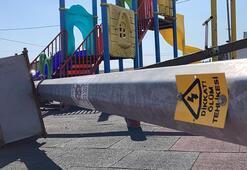 Parkta oynayan çocuğun üzerine aydınlatma direği düştü