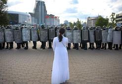 Belarusta protestocular neden polislerin maskelerini indiriyor