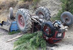 Kum taşıdığı traktörünün altında can verdi
