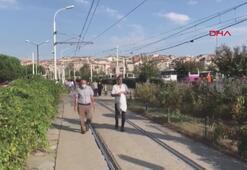 Elektrik arızası nedeniyle tramvaydan inen yolcular istasyona yürüdü