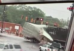 ABD'de tren TIR'a böyle çarptı