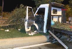 Tekeri kopan çekici kamyonet ağaca çarptı
