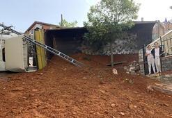 Sancaktepede hafriyat kamyonu toprak boşaltırken devrildi