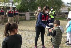 Jandarma, köy okullarında maske ve boyama kitabı dağıttı