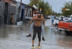 Burhaniye'de sağanak yağış yolları göle çevirdi