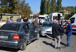 İki otomobil çarpıştı Çok sayıda yaralı var