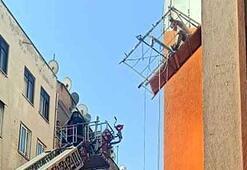 Mersin'de dehşet anları İskele halatı koptu işçi mahsur kaldı