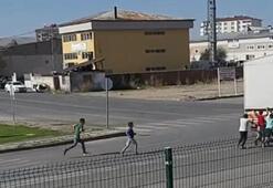 Çocukların trafikteki tehlikeli oyunu kamerada