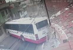 İzmirde belediye otobüsü evlere çarptı