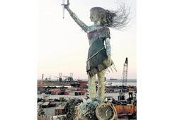 Lübnan'da camlardan anıt heykel