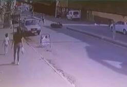Motosikletli sürücü yayaya çarpıp kaçtı...Kaza anı kamerada