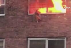 Alevlerin arasında kalan kedi camdan atlayarak kurtuldu