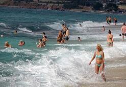 Alanyada turistlerin kapalı havada dev dalgalı deniz keyfi