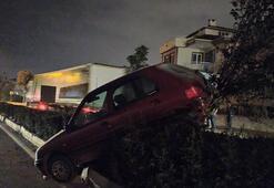 Kaza yapan otomobil bariyerlerde asılı kaldı