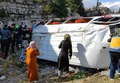 Kız istemeye gidenleri taşıyan minibüs devrildi: 13 yaralı