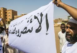 Sudanda Fransanın İslam karşıtı tutumu ve İsraille normalleşme protesto edildi