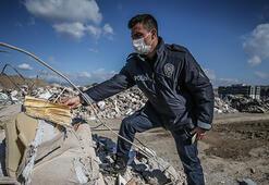 Depremde yıkılan binaların molozları, içindeki hatıralarla koruma  altında
