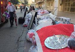 İzmirde depremden hasar gören evlerden konut sahipleri eşyalarını  çıkartıyor