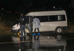 Düzensiz göçmenleri taşıyan minibüs belediye otobüsüne çarptı
