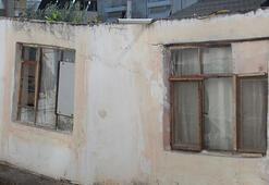 Mahallenin zemini çöktü, evler yan yattı