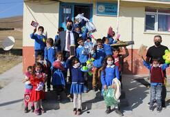 Köy köy dolaşıp tablet, oyuncak ve giysi dağıttılar