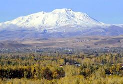 Süphan Dağına mevsimin ilk karı yağdı