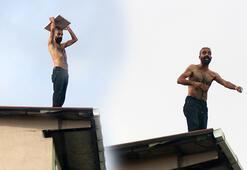 Kağıthanede bir kişi çıktığı çatıda ele geçirdiğini aşağı attı