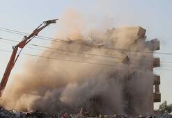 Kontrollü yıkım sırasında binanın büyük bölümü yıkıldı