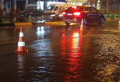 Trabzonda sağanak yağış Yollar göle döndü