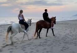 Podolski, eşiyle birlikte kumsalda ata bindi...