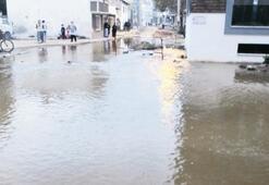Su borusu patladı evlere girilemedi