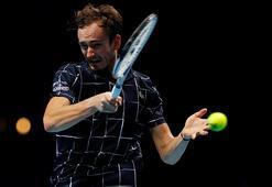 Teniste Medvedev, Zverevi 2-0 mağlup etti