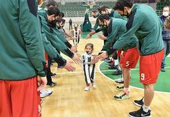Mucize bebek Aydadan basketbol sahasında iyiyim pozu