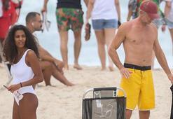 Vincent Cassel ve Tina Kunakeyin plaj keyfi