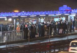 Kısıtlamaya dakikalar kala Metrobüste yoğunluk oluştu