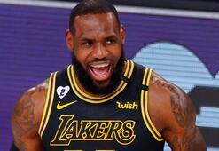 LeBron James oturduğu yerden üçlük attı