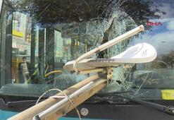 Otobüsün camından direk girdi, şoförü kıl payı ölümden döndü