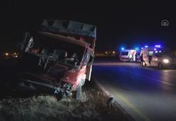 Aksarayda otomobil ile kamyonet çarpıştı: 5 yaralı