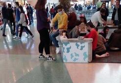 Masa ve sandalyelerin kaldırıldığı AVMde, yerde yemek yediler