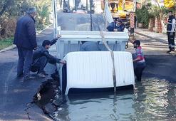 Asfalt patladı içine kamyonet düştü 3 kişi canını zor kurtardı